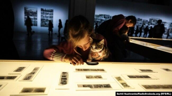 На виставці можна побачити як плівки Параски Плитки-Горицвіт, так і фото з її архіву