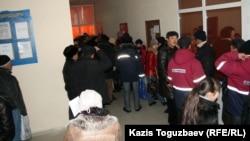 Жаңаөзен қаласының жұмыспен қамту орталығында кезекте тұрған тұрғындар. 16 ақпан 2012 жыл.