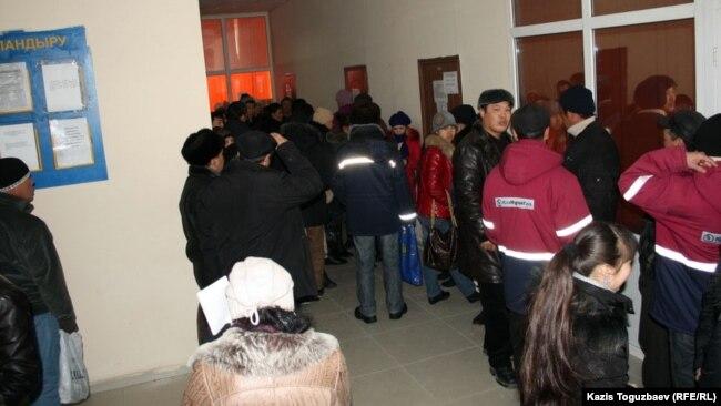 В коридоре центра трудоустройства. Город Жанаозен Мангистауской области, 16 февраля 2012 года.