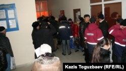 Жаңаөзен қаласындағы жұмыспен қамту орталығына келіп тұрған мұнайшылар. 16 ақпан 2012 жыл