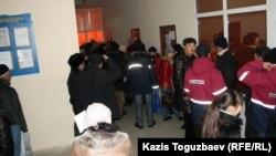 Жаңаөзеннің тұрғындары жұмысқа орналастыру орталығында кезекте тұр. Жаңаөзен, 16 ақпан 2012 жыл. (Көрнекі сурет)