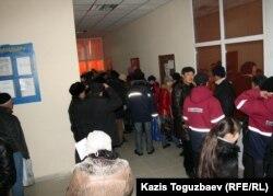 В коридоре центра трудоустройства. Жанаозен, 16 февраля 2012 года.