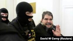 Чешские полицейские доставляют Муслима в суд