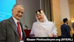 Mustafa Cemilev (soldan) Qırımtatar Milliy Qurultayınıñ konferentsiyasında. Kyiv, 2018 senesi noyabrniñ 12-si