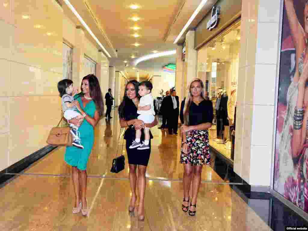 Мехрибан Алиева с дочкой и внуками.