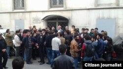 У здания Бакинского суда по тяжким преступлениям по делу активистов движения NIDA. 5 ноября 2013.