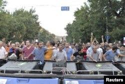 Акция на проспекте Баграмяна - демонстранты за баррикадой из мусорных баков