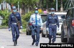 Алматы көшесінде жүрген полиция қызметкерлері. 1 мамыр 2020 жыл.