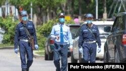 Сотрудники полиции идут по одной из центральных улиц в Алматы. 1 мая 2020 года. Иллюстративное фото.