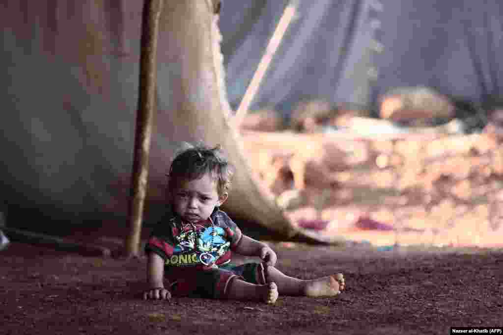گزارشها از سوریه حاکیست که نیروهای دولتی و متحدان آن آماده تصرف ادلب میشوند؛ واپسین منطقهای که همچنان بهطور گسترده در کنترل شورشیان است. سازمان ملل هشدار داده که این نبرد ممکن است به «بدترین» فاجعه در جنگ داخلی مرگبار و ویراننگر سوریه تبدیل شود. AFP PHOTO / Nazeer AL-KHATIB