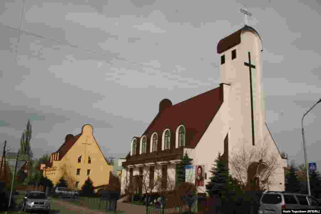 Католический Кафедральный собор Пресвятой Троицы. Алматы, 31 марта 2013 года.