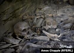 ადამიანის თავის ქალები და ძვლები ქვის მიწისქვეშა სამარხში, ანატორის აკლდამაში.