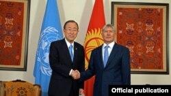БҰҰ бас хатшысы Пан Ги Мун (сол жақта) Қырғызстан президенті Алмазбек Атамбаевпен кездесуде. Бішкек, 11 маусым 2015 жыл.
