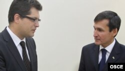 Ilçi Ý.Lanerçiç (çepde) we Türkmenistanyň daşary işler ministri R.Meredow, 17-nji iýun, 2010-njy ýyl.