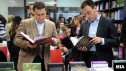 Премиерот Никола Груевски и министерот за образование Спиро Ристовски на промоција на книги.