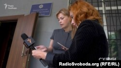 Громадська активістка Олена Терещенко-Єскіна показує відповідь із прокуратури