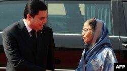 Türkmenistanyň prezidenti Gurbanguly Berdimuhamedow (çepde) Hindistanyň prezidenti Pratibha Patil bilen duşuşýar, Nýu Deli, 25-nji maý.
