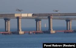 Avionët luftarakë rusë fluturojnë mbi urën që lidh Rusinë me Gadishullin e Krimesë. 25 nëntor, 2018