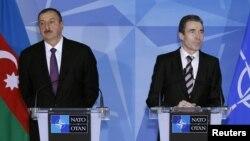 Arxiv foro: Prezident İlham Əliyev (solda) Belçikada NATO-nun Baş katibi Andres Fogh Rasmussenlə birgə mətbuat konfransında. 15 fevral 2012-ci il.