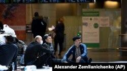 Таджикские мигранты ждут самолета домой в международном аэропорту Внуково в Москве, Россия. 24 марта 2020 года.