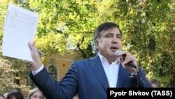 Украинаның Одесса облысының бұрынғы губернаторы, Грузияның экс-президенті Михаил Саакашвили президенттің жұмыс резиденциясының алдында тұр. Киевке, 19 қыркүйек 2017 жыл.