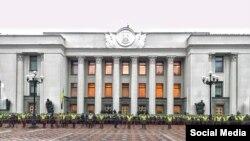 Өкмөттүк кеңселер жайгашкан кварталды жана Жогорку Раданын имаратын тартип коргоочулар кайтарып турушат.