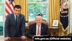 Павло Клімкін (л) і Дональд Трамп (п) під час зустрічі в Овальному кабінеті Білого дому, Вашингтон, 10 травня 2017 року