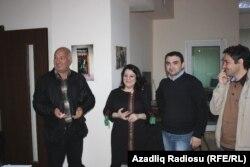 soldan sağa: Sərdar Cəlaloğlu, proqramın aparıcısı Şahnaz Bəylərqızı, prodüseri Cavid Zeynallı və Aqşin Yenisey proqramdan sonra