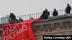 """Санкт Петербург - Полицијата го отстранува банерот поставен на зграда на познатата улица """"Невски Проспект."""""""