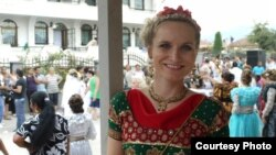 Czech journalist Iva Roze Skochova attends a Roma wedding in Macedonia.