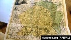У кнігу ўкладзеная мапа Вялікага Княства Літоўскага з вылучанымі беларускімі абшарамі, якія забрала Расейская імпэрыя пасьля першага падзелу Рэчы Паспалітай