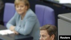 Germaniýanyň kansleri Angela Merkel (çepde) we daşary işler ministri Gido Westerwelle