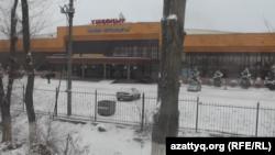 """Торговый центр """"Ушконыр"""". Алматинская область, декабрь 2015 года."""