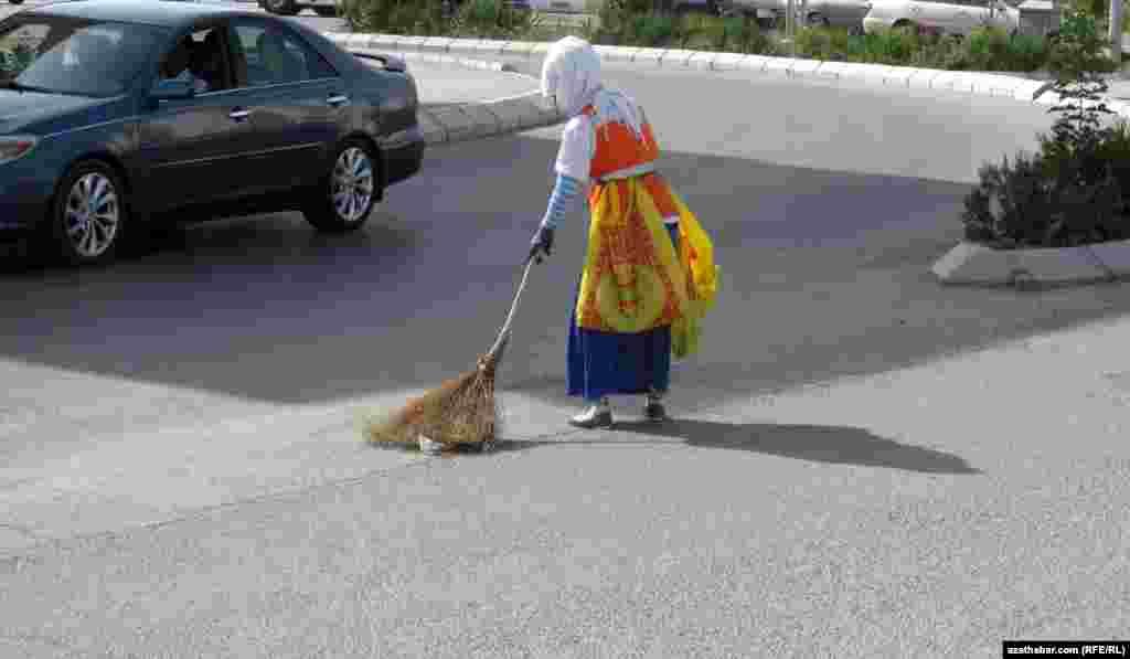 Уборку улиц в Ашхабаде осуществляют сотрудники предприятий, находящихся в ведении Министерства коммунального хозяйства Туркменистана. В основном улицы убирают женщины, в специальных жилетах и белых платках, защищающих лицо от пыли и солнца.