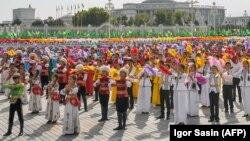 Массовое шоу в Ашхабаде по случаю 26-й годовщины Независимости.