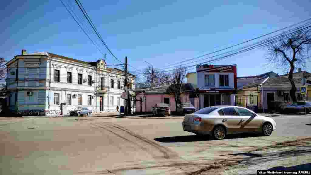 Улица Караимская начинатся на пересечении с улицей Сергеева-Ценского и заканчивается на улице Козлова. Ее протяженность приблизительно 650 метров