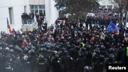 Демонстранттар парламент имаратынын сыртында полиция менен тирешип жаткан учур. Кишинев, 21-январь, 2015-жыл.