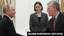 Президент России Владимир Путин (слева) и советник президента США по национальной безопасности Джон Болтон. Москва, 23 октября 2018 года.