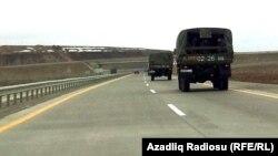 Машины внутренних войск направляются в сторону Губы, 1 марта 2012 года