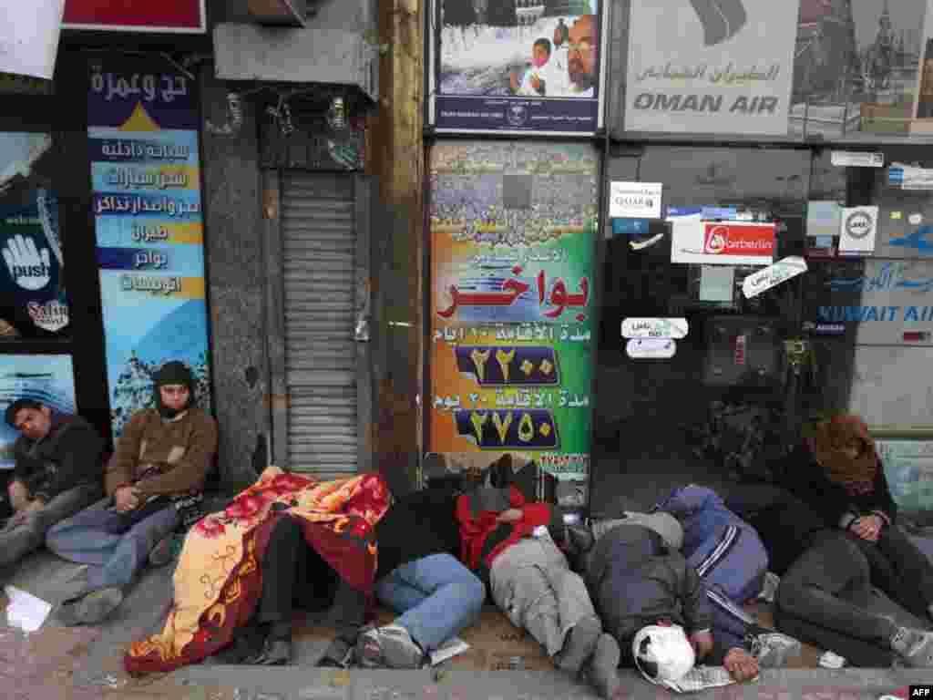 Демонстранттар Тахрир алаңына қонып қалды.