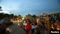 Массовая акция протеста в американском городе Фергюсон (штат Миссури), где 9 августа полицейские застрелили афроамериканца Майкла Брауна