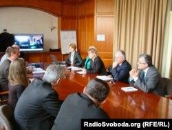Угорські дипломати дивляться відео Радіо Свобода з Майдану