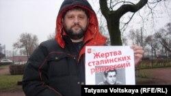 На митинг памяти сталинизма пришли провокаторы с портретами сталинских палачей, 20 декабря 2015 года