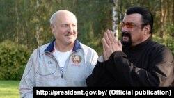 Президент Беларуси Александр Лукашенко и актер Стивен Сигал, 24 августа 2016