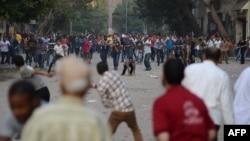 Kundërshtiarët dhe mbështetësit e presidentit Morsi hedhin gurë në njëri-tjetrin në Sheshin Tahrir në Kajro