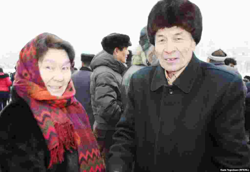 Тохтар Рахметова (слева), вдова участника Декабрьских событий Аркена Уака, и Мырзакул Абдикулов, участник Декабрьских событии 1986 года. Алматы, 17 декабря 2011 года.