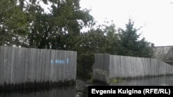 Забор и ворота дома Ворониных