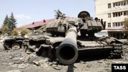 Підбитий танк грузинської армії на тлі руйнувань у Цхінвалі, Грузія, 14 серпня 2008 року
