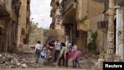 Սիրիա - Դեիր ալ-Զորում երեխաները խաղում են փլատակների հարեւանությամբ, 21-ը մայիսի, 2013թ.