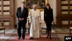 Президент України Петро Порошенко разом із дружиною Мариною під час зустрічі з папою Римським Франциском. Ватикан, 20 листопада 2015 року